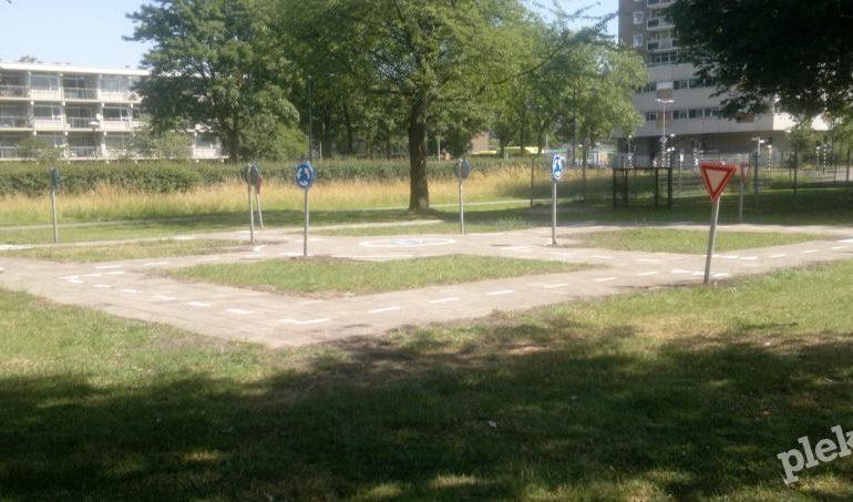 Verkeerspleintje en voetbalveld in Haarlem