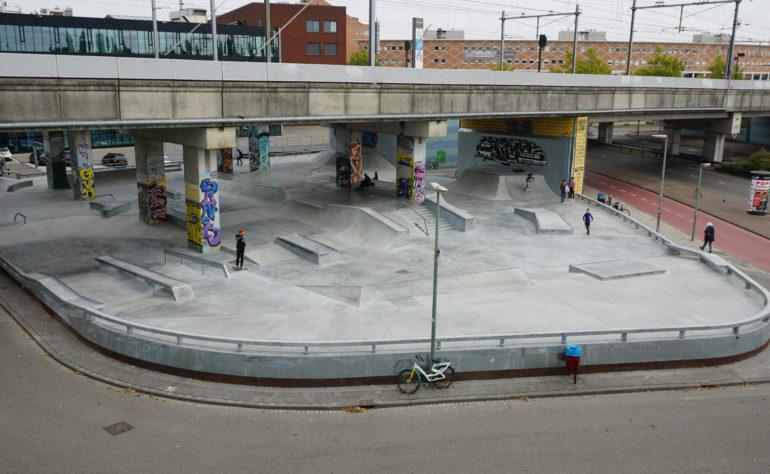 Skatebaan Dordrecht, onder de spoorbrug aan de Dokweg